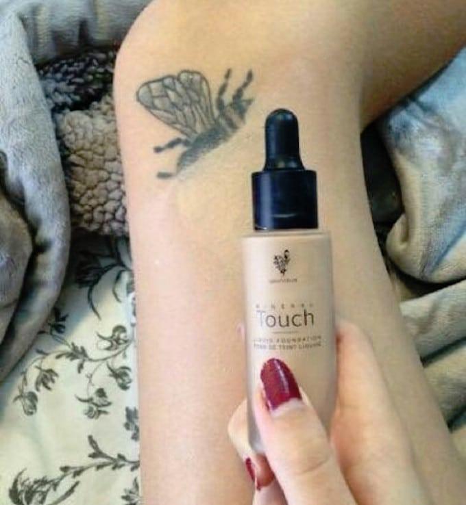 Couvrance d'un tatouage par le fond de teint Mineral Touch